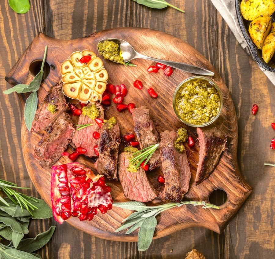Filete de carne de canguro con guarnición de granada y salsa pesto